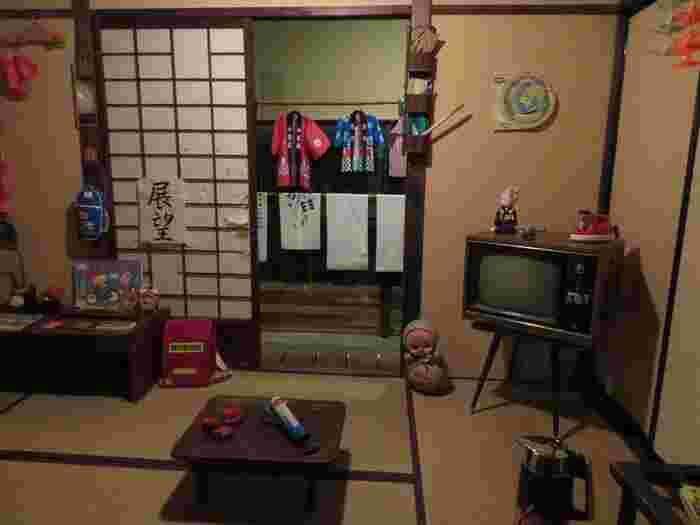昭和の家庭を再現。家電や雑貨から昭和の雰囲気が漂いますね。部屋の中に入って写真撮影をすることもできます。