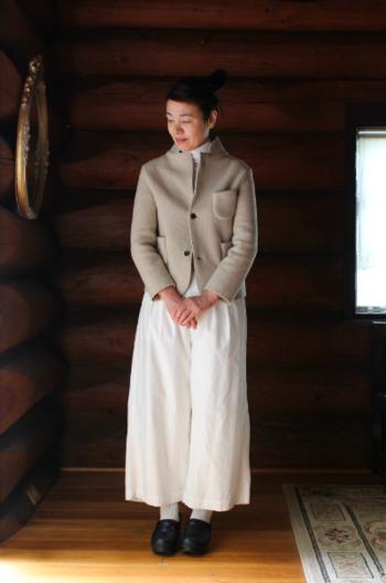 ウール製のジャケットは、伸縮性が高く着心地が快適。型崩れしにくいのも嬉しい特徴です。保温性が高く、1着あれば冬にも便利。シフォンワンピースやゆとりのあるパンツと合わせると、清楚で柔らかい表情になります。