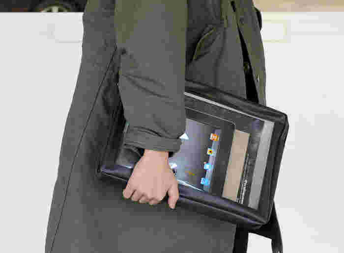 お仕事で必要なビジネスツールを収納する際には、中身が見えるクリアな窓が付いたパッキングポーチも重宝します。書類やタブレット、ノートなどをまとめて収納しても、中に何が入っているのか一目で分かりやすくて便利ですね。