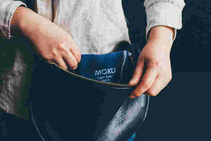 薄くて軽いのでかさ張らず、持ち運びにも便利。ひょいとバッグに入れて、いつでも身近な存在に。
