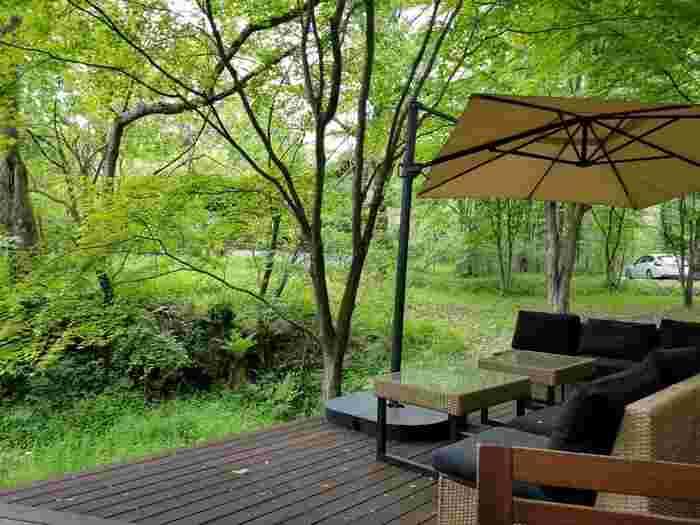 広々としたテラス席の周囲には豊かな緑が広がっています。軽井沢らしい朝食が楽しめますね。
