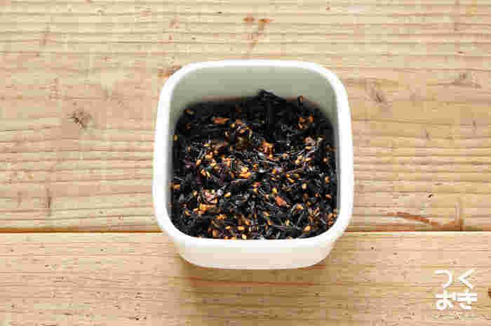 ご飯に混ぜておにぎりに!梅の香りが広がるヒジキのしっとりふりかけは梅の量も変えられるので自分好みの梅ひじきが作れます。お弁当作りが楽しくなりそう!