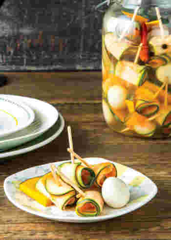 ズッキーニとにんじんを縦に薄くスライスしてくるくる。うずらの卵などといっしょにピクルスにします。おしゃれなワインのおともにもなりますね。