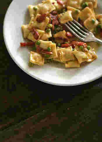 ■お昼のラビオリ 市販のリコッタチーズ入りのラビオリを使ったレシピ。ラビオリにしっかりとした味付けがしてあるので、ソースなどは少し塩味を控えめに。ラビオリは中の具材によって色々冒険できる面白いパスタの仲間です。