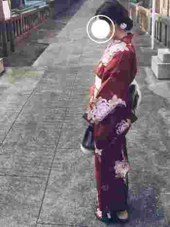 大人っぽい渋い赤茶の浴衣に「ワランワヤン」のバッグ。しっとりとした美しさが漂います。