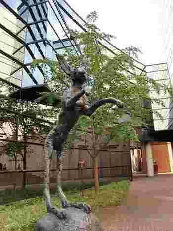 「宮城県美術館」は、東北地方や宮城県出身の作家さんの作品だけでなく、海外のアーティストの作品も所蔵しています。中庭や建物の空間も楽しめるので、子ども連れでゆっくりお散歩するのもおすすめなんです。