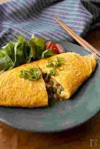 納豆と長芋を、卵でくるんと包んで優しい味わいに。ご飯がドンドン進むおいしさです。卵を流し入れる前に、プライパンをよく温めておくのが、上手に作るポイントです。