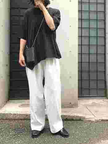 白のワイドパンツには、黒のアシンメトリーTシャツでアクセントを。ベーシックなモノトーンコーデですが、それぞれのかたちが綺麗なので、お洒落に見えますね。