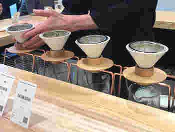 カウンターには、煎茶専用のドリッパーが並び、コーヒーのように1杯ずつハンドドリップで淹れた日本茶がいただけます。