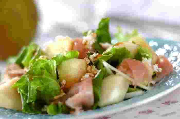 洋梨のまったりとした甘味に生ハム、カッテージチーズでアクセントをプラスしたお洒落なサラダ。ワインのお供にもおすすめのエレガントなサラダです。