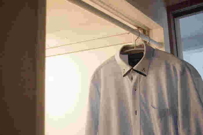 間取りによっては、ランドリーバーを渡すスペースがないことも。そんなときは、バスルームのドア幅を活かしましょう。ちょっと湿気を飛ばしたいときなどの一時干しにも使うことができます。
