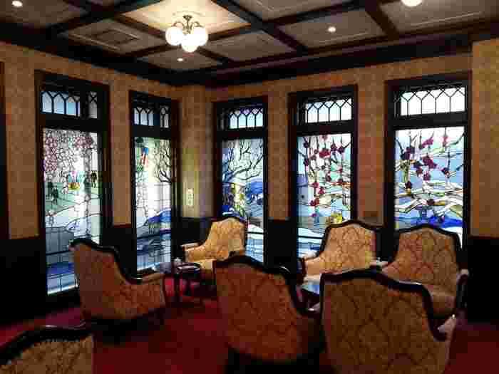 加賀の四季を描いたステンドグラスが興を添えます。