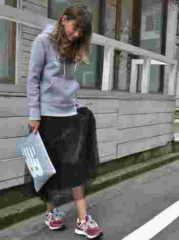 これからの季節に重宝するパーカーにはカジュアル過ぎないよう女性らしいスカートを。ベーシックな色味&アイテムの時は足元に色物を持ってくることでコーデが締まります。