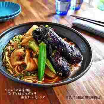 南蛮だしつゆは、麺つゆをベースに鶏がらスープやニンニクで中華風のパンチのある味わいに。豚肉、なすなど具材たっぷりで、コチュジャンとラー油のピリッとした辛さで箸が止まらなくなる美味しさです。