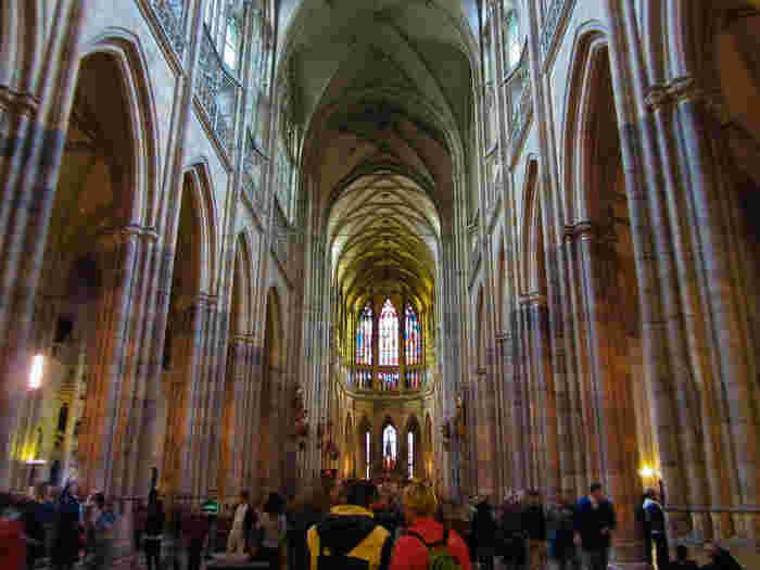大聖堂内部は荘厳で静謐な雰囲気が漂っています。高さ34メートルの天井を支えるアーチ状の柱が連なっている様は、幾重にも続く虹のようです。