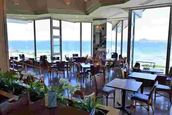 美ら海水族館内にある「オーシャンビュー レストラン イノー」は、海が見渡せるロケーション抜群なレストランです。歩き回って疲れたときの休憩やお食事に。