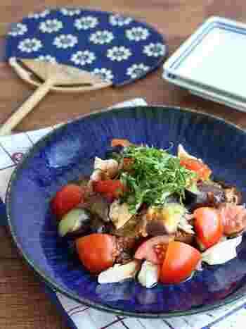 食欲がない日、お疲れ時の暑い日のお役立ちレシピ。ささみをレンジで加熱するだけで、火は使いません。めんつゆをつける点もGOOD!梅干しのさっぱりとした味わいで、食欲がわく一皿です。