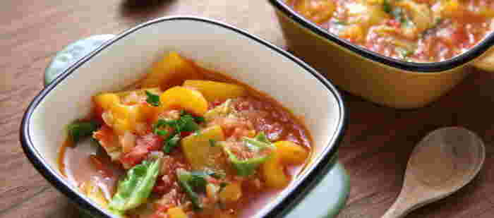 野菜スープの定番といえばトマトベースですが、味に飽きてきてしまうこともありますよね。そんなときはスパイスをプラスするのがおすすめ。クミンを加えれば、カレーの味わいを楽しめます。