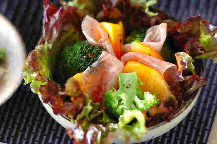 こちらは巻かずにサラダ仕立てにした一品。柿の優しい甘みと塩味が効いた生ハムの相性は抜群です。ブロッコリー以外にも野菜をプラスしても美味しそう!