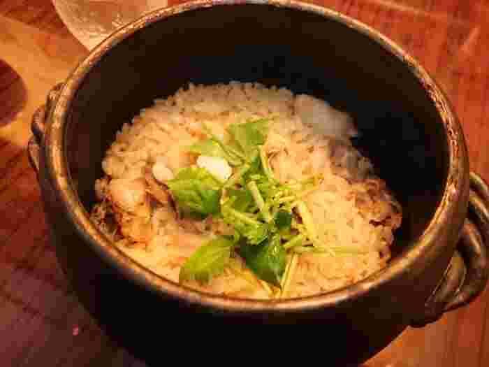 〆はやっぱり、旬の素材とお米を一緒に炊き込んだ季節感溢れる土鍋飯。ふっくらしていて甘みと旨みを感じられ、これを楽しみに通う常連さんも多いんだとか。瀬戸内の空気が感じられるような居心地のいいお店です。