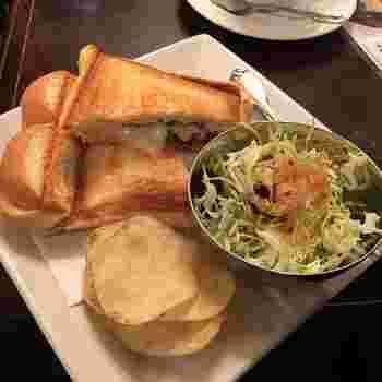 看板メニューのホットサンドは、イギリスパンを使用。中身はローストポークチーズ、ベーコンチーズ、コンビーフチーズ、タマゴチーズ、あずきバターの5種類あります。サラダもついてボリューミーな一品です。