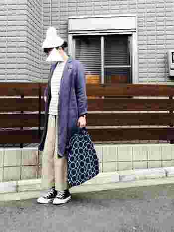 薄手のロングジャケットは今の時期に一枚あると便利なアイテムですね。襟がついたジャケットはきちんとした印象を与えてくれます。ボーダートップスと無地のパンツ、そしてスニーカーのカジュアルなコーディネートにもしっくりマッチします♪