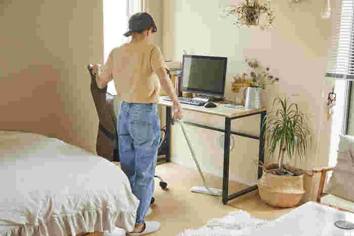 快適な部屋を保つために欠かせない掃除。掃除好きなキロクさんは、普段から床拭きシートや粘着クリーナーを駆使しているとのこと。しかし、「床拭きシートや粘着クリーナーを使ったら、捨てるときに、手がごみのついた部分に触れてしまうのが嫌ですね。」と、掃除に関して不満もあるようです。 ところで掃除機は使わないの?との質問に対し、「いつか買わないと、と思っているんですけど、掃除機をかけるってかなりの手間ですし、場所も取るので…。」と掃除道具に対しては少しネガティブなイメージがあるようです。