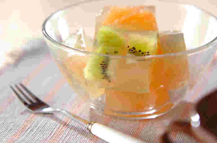 フルーツの寒天寄せは、お好きなフルーツでアレンジしやすいレシピです。こちらはキウイとグレープフルーツを使用。白ワインを使うところもおしゃれですね。一口大に切り分けてお皿に盛り付けるのも素敵です♪