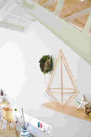 真っ白な壁に掛けるだけで、お部屋のアクセントにもなり、ナチュラルな雰囲気が際立ちます。こちらのリースは、敢えて赤い実を入れずに、グリーン&ドライ木の実で作ってあるそうなので、クリスマスシーズンが終わっても、そのまま飾ることが出来ますね。