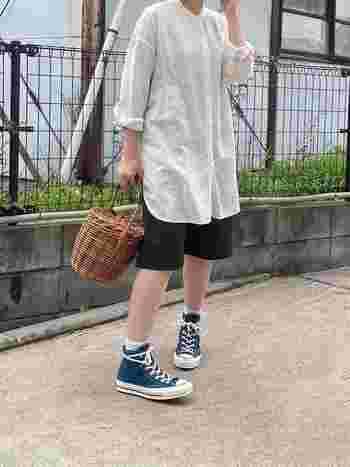 丈が長めのシャツをハーフパンツに重ねて、足元には緑色のスニーカーをチョイス。それだけだとボーイッシュな感じがするけれど、カゴバックがあることで雰囲気が変わる。小物の力って偉大です。