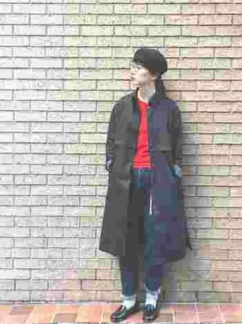 ベーシックカラーに、赤をほどよく効かせたトラッドコーデ。メンズライクな着こなしに上品さを添えたワンランク上の着こなしです。シンプルなのにこなれて見えるのは、トップスに赤を効かせているからですね♪
