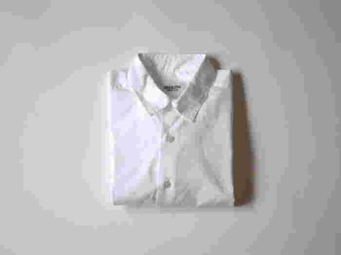 ドレスシャツを得意とする日本国内の縫製工場で作られたベーシックな白シャツ。ベーシックだからこそ、一切のごまかしはきかない。そんな想いから、細部に至るまでとても丁寧に仕立てられた美しいシャツ。