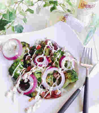 ブロッコリーとカリカリベーコンの組み合わせがおいしいホットサラダ。紫たまねぎを散らすと彩りよく仕上がります。マヨネーズと粒マスタードを合わせたタレをかけて完成です♪