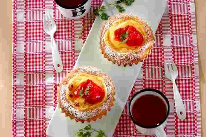 レンジで出来る簡単カスタードクリームにイチゴジャム、フレッシュなイチゴをトッピングした春らしいタルト風菓子パンです。
