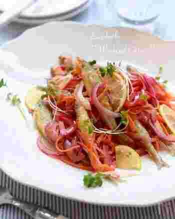 ワカサギに衣をつけ、油でカラッと揚げ、紫玉ねぎやにんじんなどの野菜をさっと炒めたら、甘酢に漬けます。冷蔵庫で冷やしてさっぱりいただきましょう。カラフルで夏の食卓にぴったり。