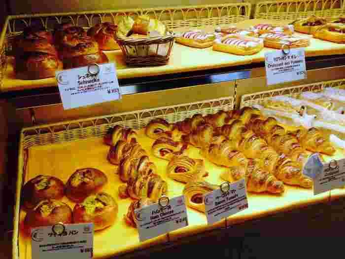 パンは全て天然酵母を使用していて、小麦の香りが口いっぱいに広がります。バターの風味豊かなシンプルな「塩パン」が人気商品です。