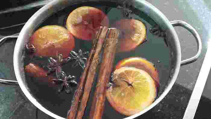冬かなり冷え込むフィンランドなど北欧で飲まれているのがこちらの「グロッギ」。赤ワインを温めたものに、オレンジやシナモンなどのスパイスを入れて煮たホットドリンクです。お酒が飲めない方や子どもには、ワインの代わりにブドウジュースやクランベリージュースに置き換えて楽しみましょう。