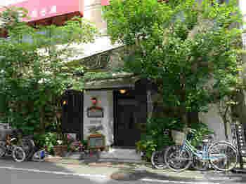 緑に囲まれた「gion(ギオン)」。創業30年以上のお店です。緑色のネオンが目印。