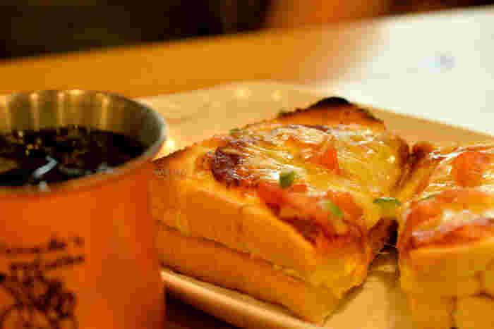喫茶店メニューといえば、何が思い浮かびますか?いつも隣にあるような安心感とちょっぴりの特別、それが喫茶店の味の魅力なんじゃないかなと思います。まずはゆっくり珈琲を入れて、それからナポリタンでお昼にしましょうか?それともこんがり焼いたバタートースト?甘くてフレッシュなフルーツサンドもいいですね。さあ、おうちを喫茶店にしてみましょう!