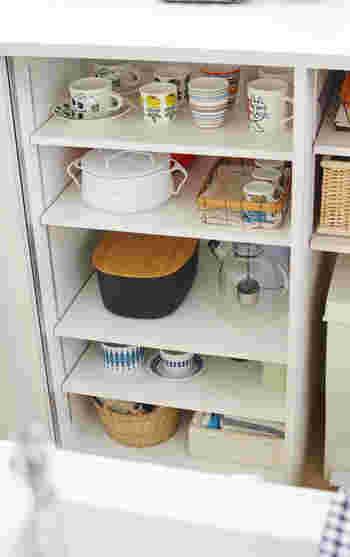 食器棚の一番下の段というのは、案外使いづらいものです。小さめのカゴを活用して、普段あまり使わない食器類を保管しておくのはいいアイデアです。