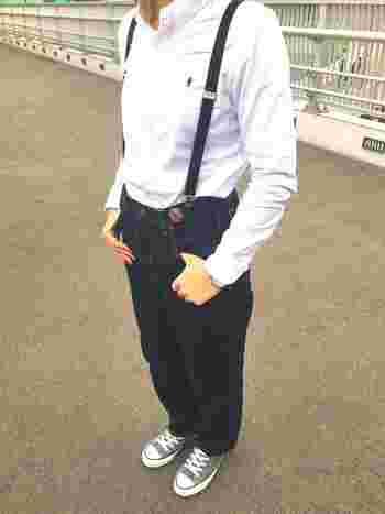 濃紺デニムにサスペンダー、スニーカーをあわせてカジュアルダウン。ボーイッシュな着こなしも白シャツを使えば品よく仕上がりますね。