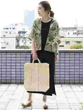 一歩間違えるとリゾート感が全面に出がちになるアロハシャツですが、黒のワンピースと大きめの夏素材バッグを合わせて、落ち着き感をON!これだけで、素敵なアロハシャツスタイルにシフト。