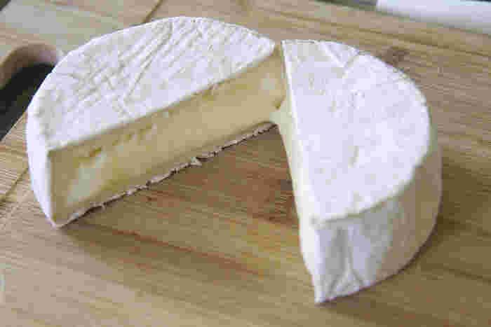 カマンベールは表皮が白カビに覆われ、中がやわらかい小型のチーズです。熟成が進んだものは内部がとろりとして大変やわらかく、丸い木箱に詰めて型崩れを防ぎます。濃厚ながら上品でクリーミーな味なので、誰にでも食べやすく人気が高いチーズです。