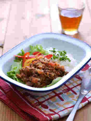 ケチャップだけでなく生のトマトも一緒に炒めることで、フレッシュなミートソースに。野菜とごはんも一緒に混ぜながらいただきましょう。