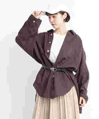 白TにBIGシルエットのブラウンシャツを羽織ってもOK!ベルトをするとメリハリの効いたワンランク上の重ね着コーデに。