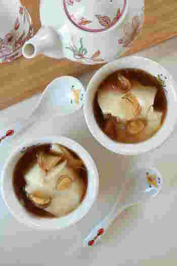 肌寒い日に食べるなら、しょうがをトッピングした豆花がおすすめ。ジャスミンティーで作るシロップで美容効果もアップ。香りも楽しみながらリラックスできます。