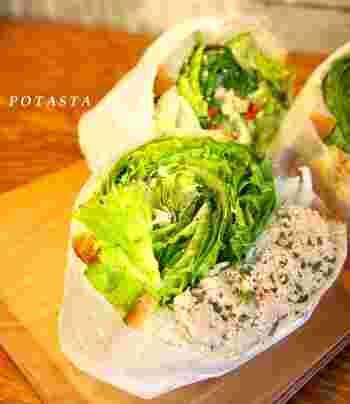 サラダを丸ごと包んだかのようなサンドイッチは、さながら野菜のブーケです。たっぷりの野菜でお腹を満たす贅沢なサンドイッチ。どこから食べようなんて迷うのも楽しそう♪
