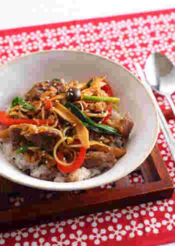味のパンチとお肉で大満足のプルコギ丼。ちょっとヘルシーに仕上げたい方は、お肉の量を減らして、きのこを増量してもOK。お子様にも、男性にも喜ばれる一皿です。