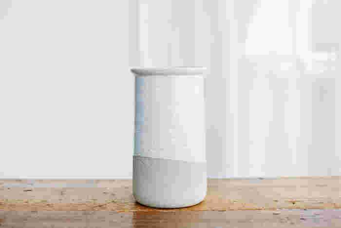 「White Gloss×Mat Gray」:すべすべとした白と、土の風合いのコントラストが楽しい。色や質感の違いを堪能できます。