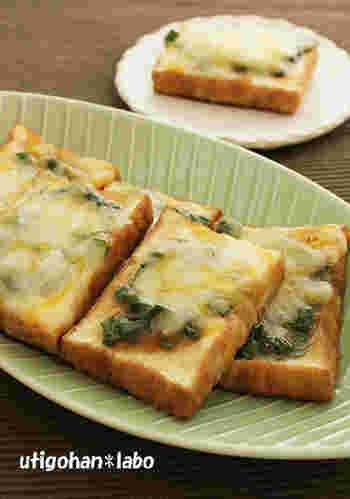 厚揚げにニラ味噌をぬって、チーズを乗せた一品。フライパン一つで作れる手軽さも魅力でおつまみにもぴったり♪